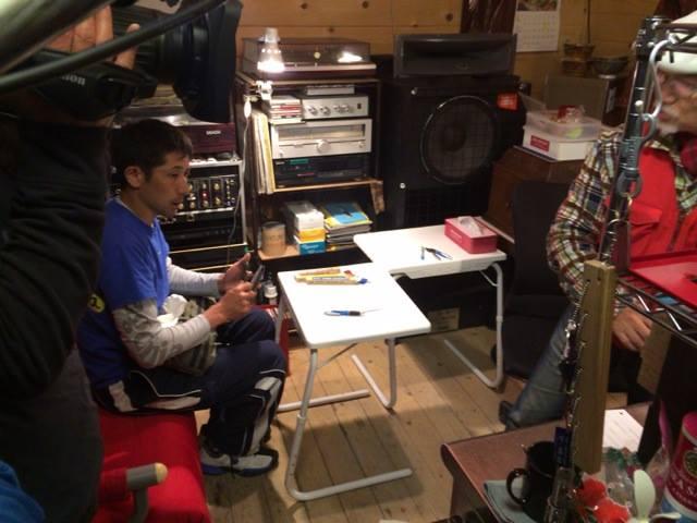 撮影中のレインボーサライのマスター、冨山勝敏さんとPLA代表の今井