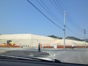 盛り土の工事の近くまで来ると、かなり高いのがわかります