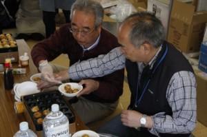 5月4日大立仮設住宅にて。村上支援員(右)と個人ボランティアされている水野さん